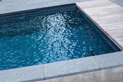 Abkühlung nach der Sauna durch das Tauchbad.