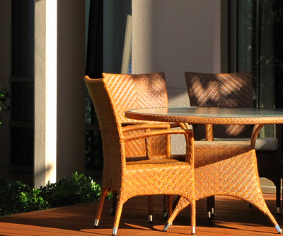 Die Terrassenüberdachung schützt Ihre Gartenmöbel.