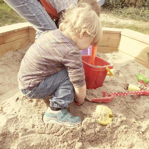 Sandkasten bauen für Kinder