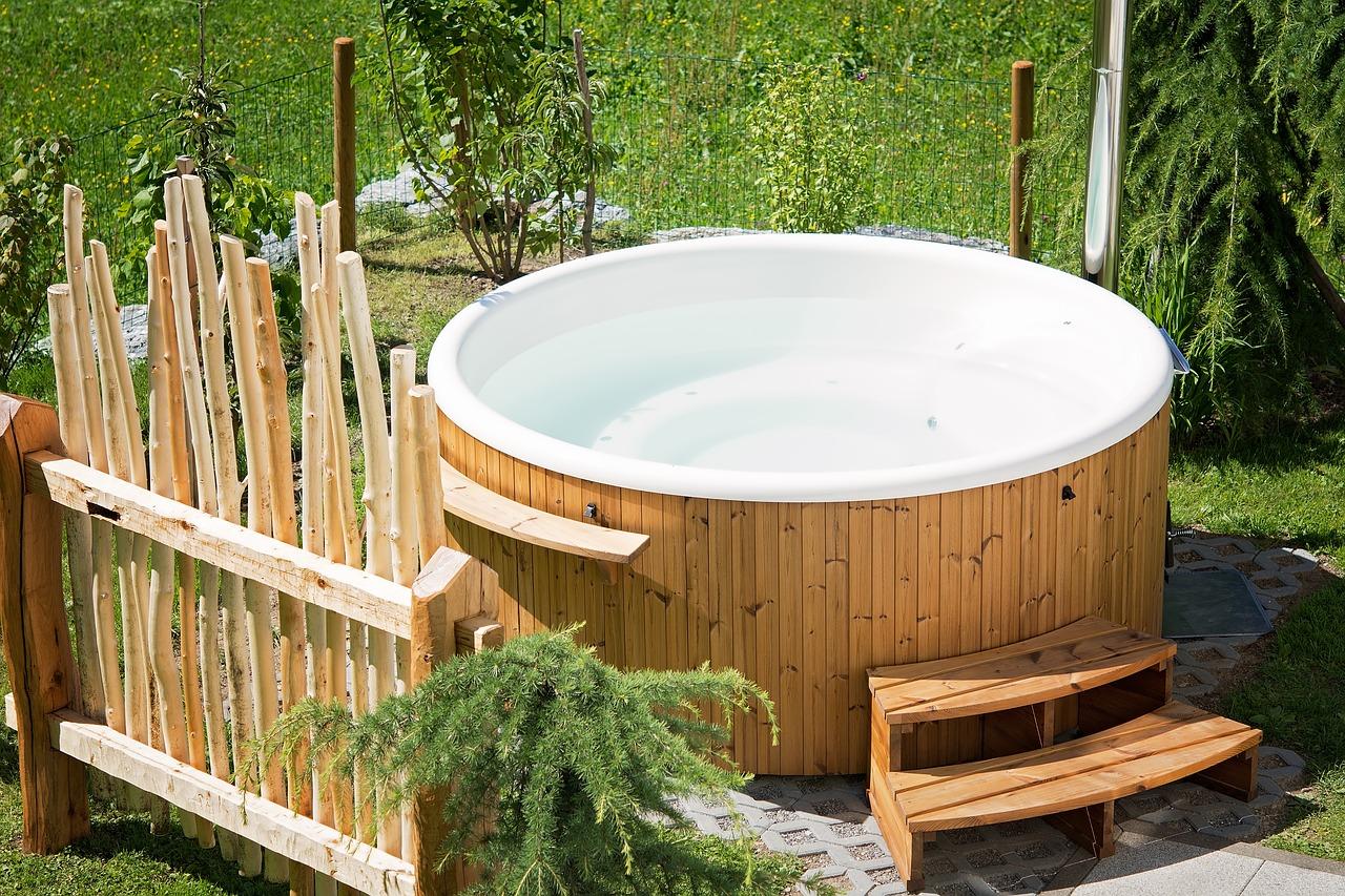 Entspannung im Garten: Einen Whirlpool draußen aufbauen