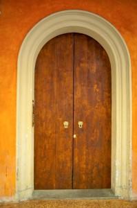 massive Doppeltür aus Holz