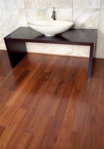 Ein Parkettboden ist besonders eindrucksvoll, wenn er vor Sauberkeit richtig glänzt