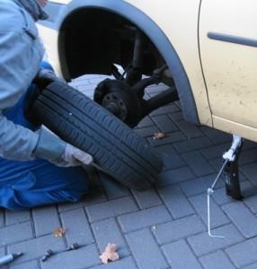 Ein Mechaniker beim Reifenservice