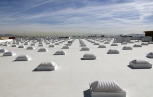 Flachdach mit symmetrisch angeordneten Flachdachfenstern.