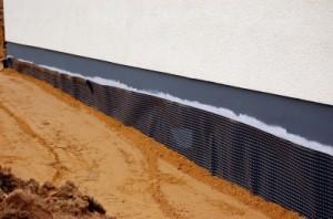 Bei der Kellerabdichtung außen muss die Dämmung bis über die Geländeoberkante hinausreichen. © Thomas Max Müller / pixelio.de