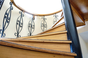 treppenstufen verkleiden der g nstige weg zu einer scheinbar neuen treppe. Black Bedroom Furniture Sets. Home Design Ideas