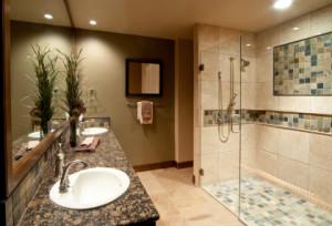 Fliesenleger gestalten Badezimmer nach persönlichen Wünschen.