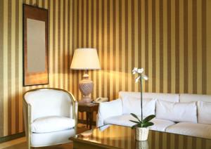 Streifentapete in gedeckten Farben für eine stilvolle Innenraumgestaltung vom Maler.