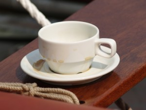 Kaffeetasse auf Mahagoni