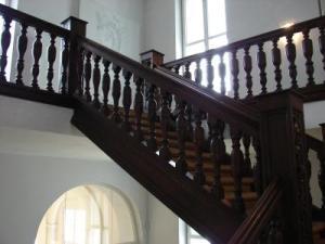 Klassische Holztreppe aus dunklem Holz
