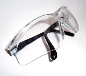 Eine Sicherheitsbrille schützt die Augen vor Splittern