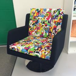 Omklädd Inno fåtölj i tyg från Kirkby Design.