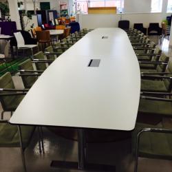 Konferensbord i fyra delar från Edsbyn. Vitt med kromade ben. Plats för 2 st bestyckningar. Mått: L 700 x B 80/120 cm. Plats för 14-16 pers.
