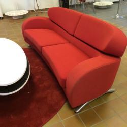 Snygg 3-sits soffa från Norska Brunstad. Modellen heter Stream. Färg röd. Mått: L225xD90xH80 cm. Brunstad - har tillverkat möbler sedan 1941.