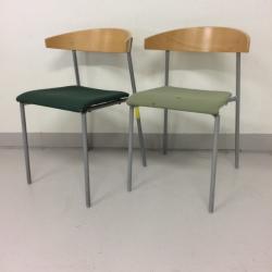Kinnarps konferensstol RIFF. Björk och svart stoppad sits i grönt tyg. Stapelbar. Finns i två nyanser.
