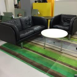 Ett fint och välbehållet set från Erik Jörgensen. Modellen heter EJ20 och är designad av Jörgen Gammelgaard. Svart skinn. Mått soffa: B140xH68xD75 cm. Fåtölj mått: B81xD75xH68cm.