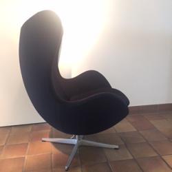 Fåtöljen Ägget formgavs av Arne Jacobsen för Royal Hotel i Köpenhamn år 1958. Ägget utgörs av ett inre skal av polyuretan med glasfiberförstärkning som har klätts med kallskum. Underdelen består av en satinpolerad vridbar centerdel av svetsat stålrör med en fyrstjärnig fot i formsprutad aluminium. Fåtöljen går att snurra 360 grader och har en vippmekanism som kan anpassas efter vikten på personen som sitter i fåtöljen. Mekanismen justeras med handtaget på undersidan av fåtöljen. Klädsel svart tyg.