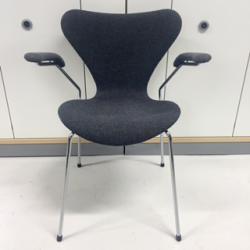 """ARNE JACOBSEN, karmstol, """"sjuan"""", för Fritz Hansen, modell nr 3107, formgiven 1955, klädd i  grått möbeltyg, höjd 75, sitthöjd 44 cm"""