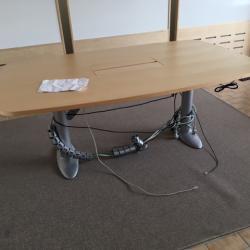 Konferensbord i björk från Duba B8. Mått 1800x1100 mm. Höj - och sänkbart och med bestyckning.