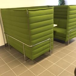 Alkovsoffa från Vitra i grönt tyg. Perfekt som sittgrupp i det öppna landskapet. En soffa kan gå längre än att bara vara en möbel, att bli ett rum i rummet. Detta var idén som inspirerade Ronan och Erwan Bouroullec i sin utformning av alkovsoffan. Med sin bekväm sits och ryggklädsel och de höga, flexibla sido- och bakstyckena, skapar soffan en skyddad nisch av privatlivet, en plats för reträtt. För användning i hemmiljö samt kontorsmiljöer. Mått: H1360xL2380xD1620 mm