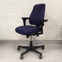Div Kinnarps Y-stol i modeller 6000-8000 finns hemma i olika färger. Vissa i behov av omklädnad andra fina som de är. Priser från 1200 kr exkl moms till 2900 kr exkl moms. Få en omklädd i valfritt tyg för 3900 kr exkl moms.