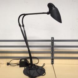 Design skrivbordslampor från Arteluce. Modellen heter Tango. Vridbar. Tung fot för bra stabilitet. Helsvart