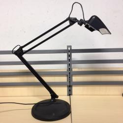 Svart bordslampa med lysrörsbelysning. Lival Wing.