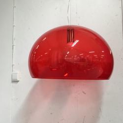 Taklampa från Kartell. Fly, röd transperent plexi.