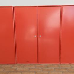 Förvaring från danska Montana. Färg rödoranget. Delar kan kombineras. Mått: B80*H105,5*D39 cm