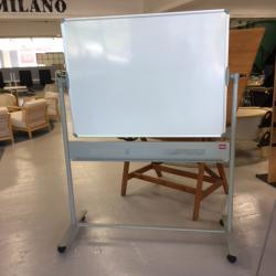 Whiteboards på hjul från Nobu Vändbar. Pennhylla på ramen. mått: Totalhöjd 180cm. mått på WB 120x90 cm