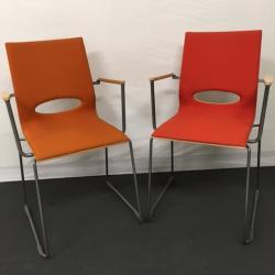 Konferensstol från finska ISKU. Modellen heter Minus. Tyg i orange/röd. Rygg och armstöd i björk. Ej stapelbar.
