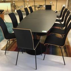 Stilrent svart konferensbord från Skandiform med plats för 12 personer. Mått: 320x115 cm.