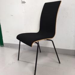 Svart konferensstol från Skandiform med trärygg i svart, kant i ljust trä.