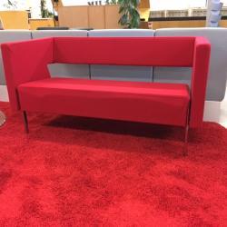 2-sits soffa från Lammhults i rött filttyg. Ben i krom. Mått: L137xH70xSh 42 cm