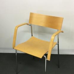 Stolen har grått stativ armstöd och rygg samt sits i björk. Staplingsbar.