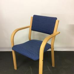 Stabil konferens/besöksstol från Kinnarps med björk stomme och blått tyg.