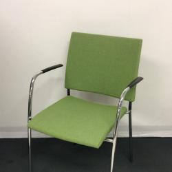 Begagnade konferensstolar från Lammhults, Spira Helklädd stol med limegrönt tyg, kromade ben svarta armstöd. Mycket fint skick