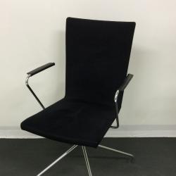 Snygg konferensstol från Mod Art. Modellen heter Spirit. Svart tyg med kromat kryssunderrede.