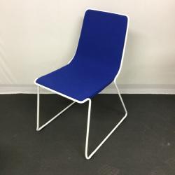Loungestolen Mind från Johanson design. Blått tyg med vit ram. Mycket fint skick