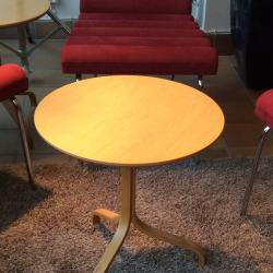 Litet soffbord/sidobord från Swedese. Modellen heter Lamino. Färg Ek. Mått: H50 x Dia 46cm