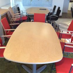 Konferensbord från Kinnarps, Oberon serie. Kryssben i grått. Skiva i björk. Mått: L180xB90xH72 cm