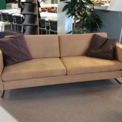 Soffa i brun alcantara från Söderbergs. Mått: b220 h80 d80 cm