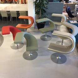 Innovation C från Blå Station är en multifunktionell snurrstol. I Innovation C kan du sitta som du vill, stolen har varken framsida eller baksida, ryggstödet kan också användas som bord. Finns i olika kulörer.  Kontakta oss för mer information