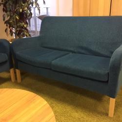 2-sits soffa från Skandiform.  Avtagbar klädsel. Mått: L135xH88xD60. Färg: Ocean.