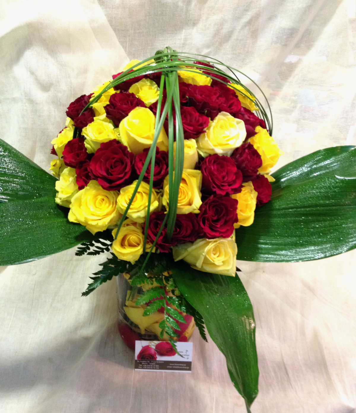 Roses 70 stems in vase with colored water and rose pedals Ecuador origin
