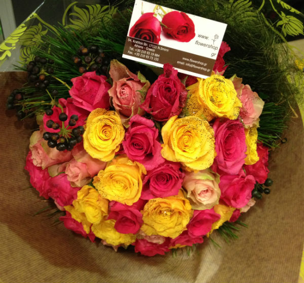 Roses Multi Color In Vase With Decorative Sisal 30 Stems