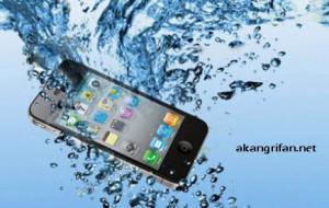 Cara Menangani Ponsel Yang Tercebur Air ~ AkangRifan.Net