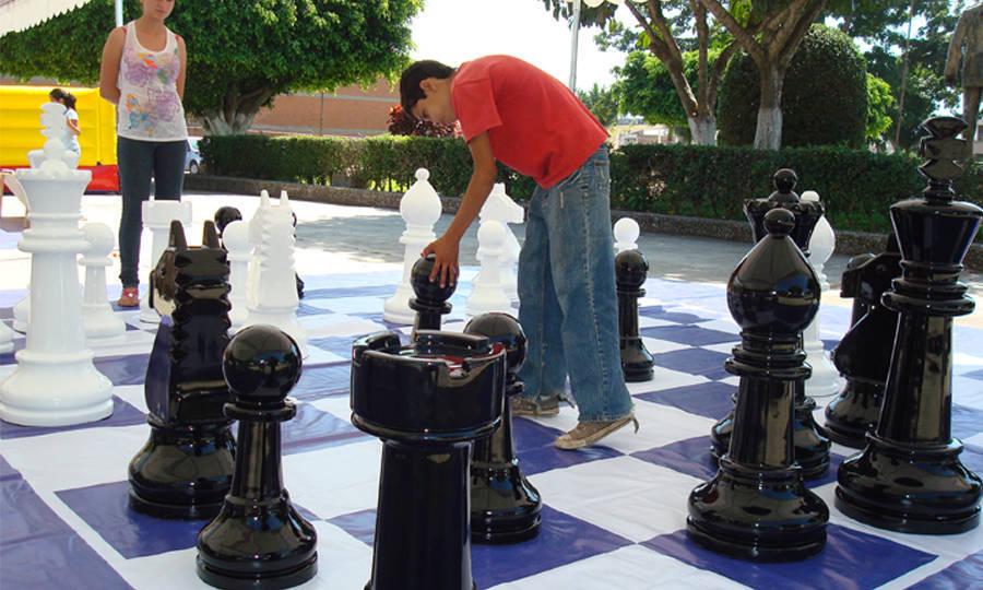 Juegos de mesa gigantes inoplay for Ajedrez gigante para jardin