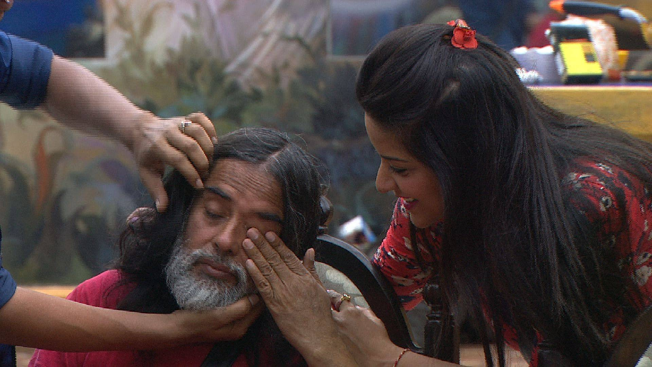 Babaji getting consoled by housemates Bigg Boss 10