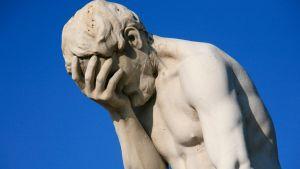 Pettyneen oloinen patsas